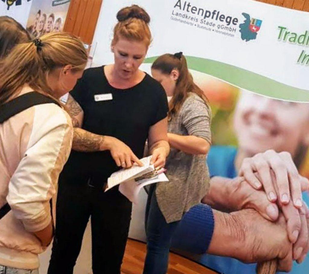 Das Seniorenheim wirbt um neue Mitarbeiter auf einer Fachmesse
